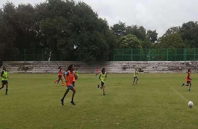 लड़कियां फुटबाल में दे रही लडक़ों को मात
