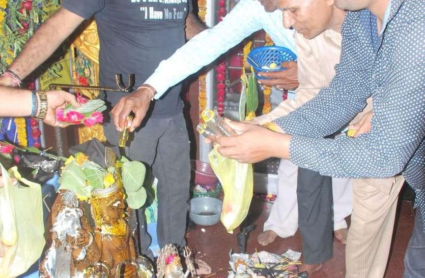 शनिदेव को मनाने मंदिरों में पहुंचे श्रद्धालु, किया तेलाभिषेक