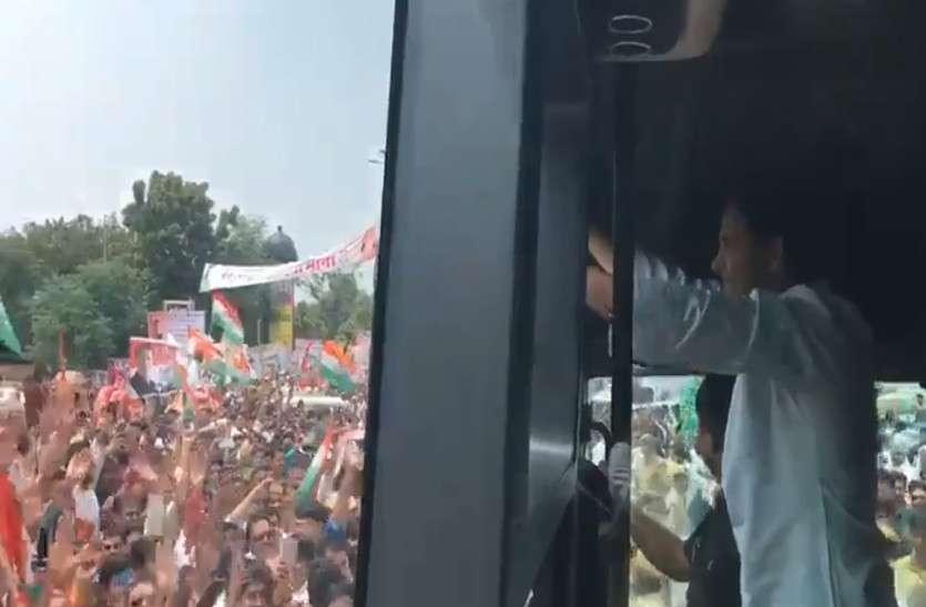 खुली बस में रोड-शो करना चाहते थे राहुल गांधी, लेकिन इस वजह से बंद बस में सवार होना पड़ा