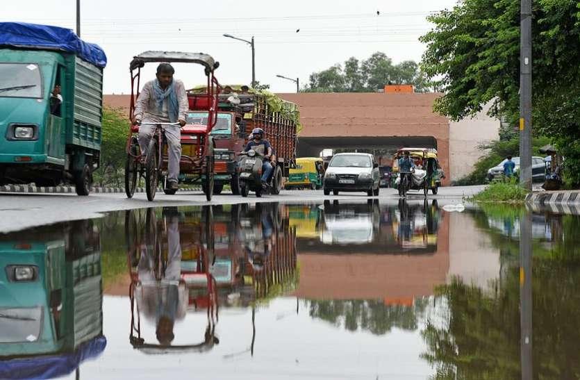 दिल्ली : बारिश से मौसम हुआ सुहाना, लेकिन बना हुआ है उमस