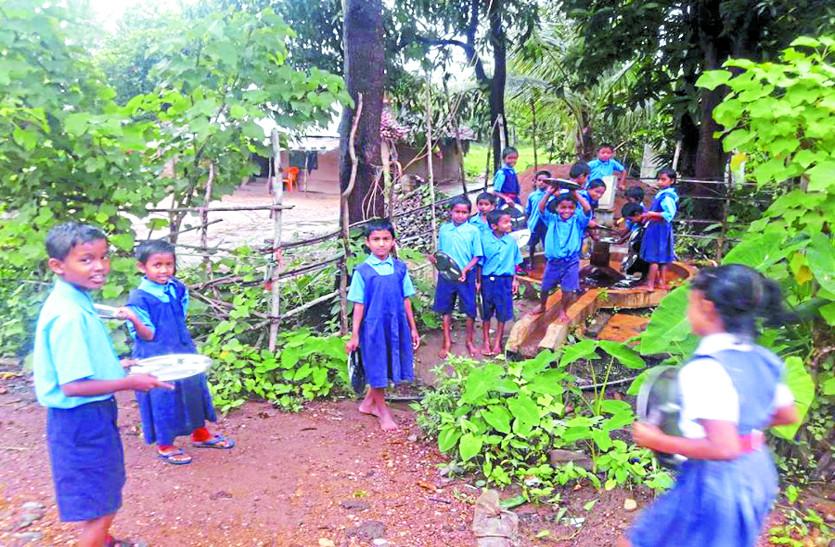 2 साल से स्कूल का हैण्डपम्प पड़ा है खराब, पीने के पानी के लिए बच्चों को हो रही परेशानी