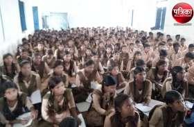 बांसवाड़ा : न कक्षा कक्षों के ठिकाने न ही शिक्षकों के, बीच स्कूल दौड़ते वाहन और गाय-भैंसे, ऐसे में कैसे टॉप करेंगे सरकारी स्कूल के बच्चे