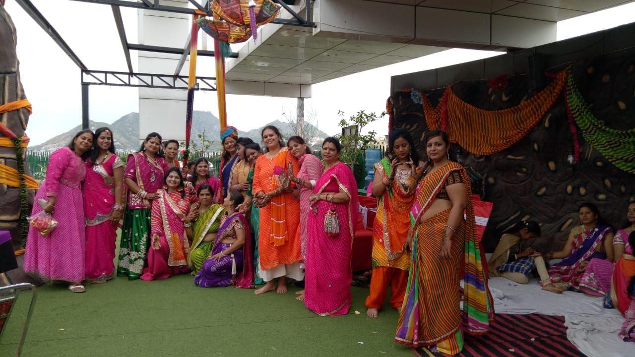 Tradition: लहरिया पहनकर इठलाई महिलाएं, कुछ यूं रचाई हाथों में मेहन्दी