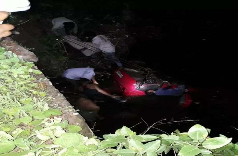चलती कार का टायर निकला, नाले में गिरी, सात बच्चों की मौत