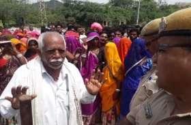 ग्रामीणों ने दिखाई दबंगई...! ट्रांसफॉर्मर ठीक करवाने आए जेईएन व एईएन को बनाया बंधक, अब दे रहे धरना