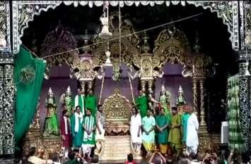 सोने-चांदी के हिंडोले में विराजमान बांके बिहारी ने भक्तों को दिए दर्शन, देखें वीडियो