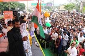 शहीद औरंगजेब के माता-पिता ने इंदौर में फहराया तिरंगा, देखें वीडियो