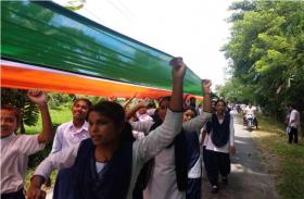 असम में 3.5 किमी लंबे राष्ट्रीय ध्वज के साथ लोगों ने मनाया स्वाधीनता दिवस