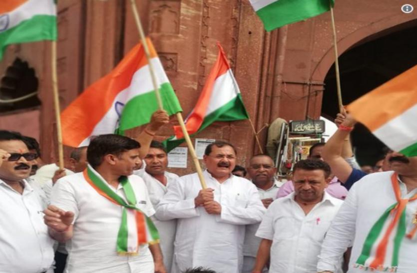 भाजपा नेता आईपी सिंह ने जामा मस्जिद में घुसकर जबरन फहराया तिरंगा, जमकर की नारेबाजी