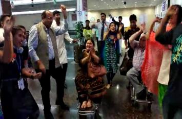 VIDEO : ऐसा क्या हुआ जो एयरपोर्ट अचानक डांस करने लगे यात्री