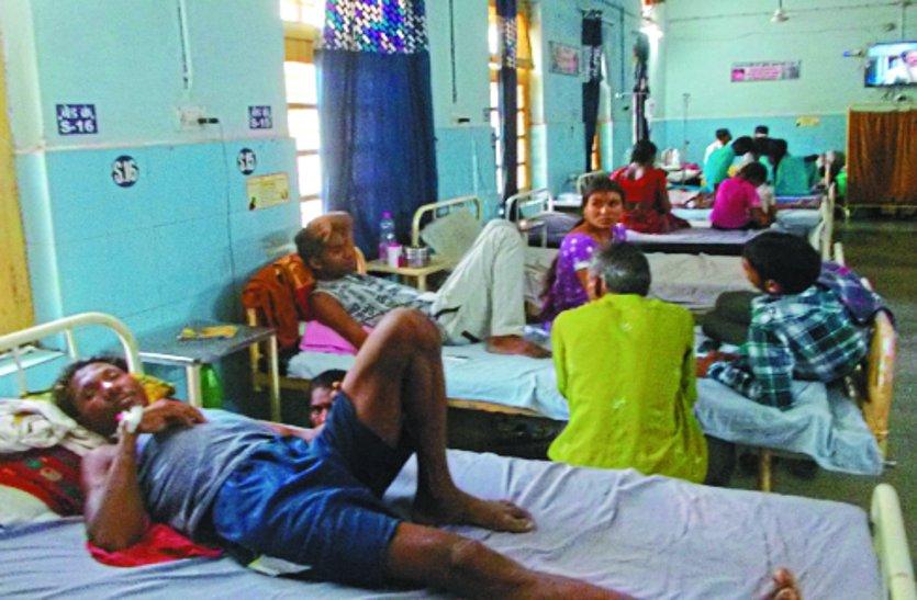 बीमारी की गिरफ्त में आकर अस्पताल पहुंच रहे मरीज, लेकिन इलाज के लिए डॉक्टर ही नहीं