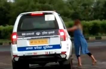 VIDEO: नशे में धुत युवतियों ने हाईवे पर मचाया उत्पात, पुलिस के साथ ऐसे की मारपीट