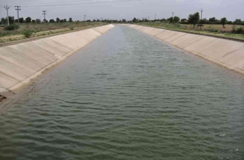 पानी छोडऩे के24 घंटे बाद ही टूटी सांचौर लिफ्ट कैनाल, खेतों में बहा पानी