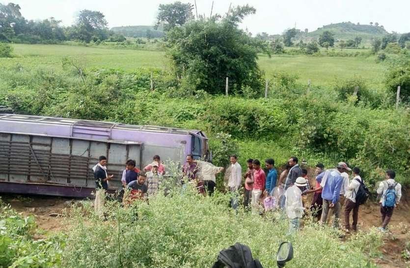 पन्ना-जनकपुर मार्ग में यात्री बस पलटी, तीन  दर्जनों से अधिक यात्री घायल
