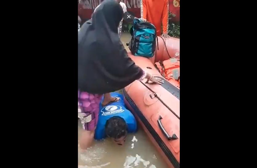 वीडियो: ऊंची नाव में नहीं चढ़ पा रही थी महिलाएं, फिर जवान ने किया ऐसा काम कि पूरा देश रह गया सन्न