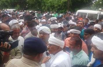रैली लेकर थाने पहुंचे आदिवासी