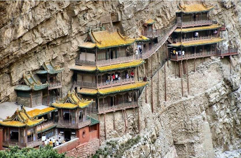 कई सालों से हवा में झूल रहा है यह अद्भुत मंदिर, जाने वाले की अटकी रहती हैं सांसे
