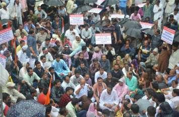 video : फसल बीमा राशि : बारिश में तीन घंटे सड़क पर किसानों के साथ बैठे कांग्रेसी