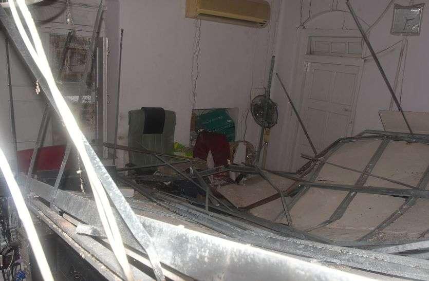 एनआईसी कक्ष में छत पर लगी पीओपी गिरी, बड़ा हादसा टला