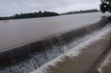 पांच सौ घरों में पानी भरने से नाराज लोगों ने बीजी रोड किया चक्काजाम