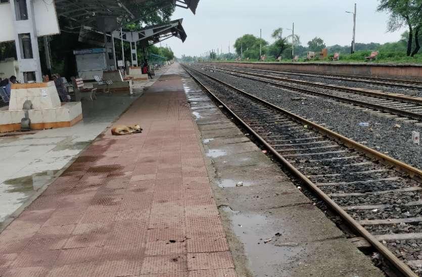 दीवार दे गई रेलवे को लाखों का नुकसान