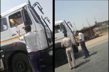 ट्रैफिक पुलिसकर्मी जांच के नाम पर कर रहे उगाही, 38 सेकंड का वीडियो हुआ वायरल