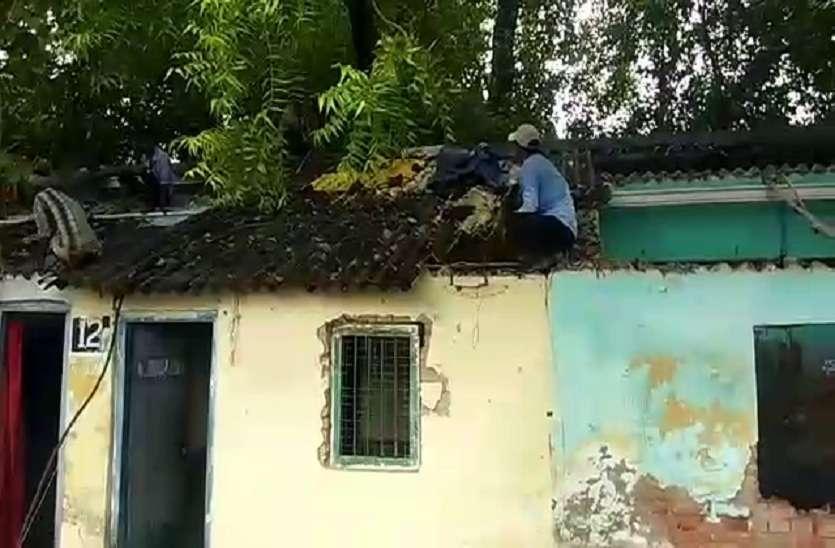 रेलवे कॉलोनी के जर्जर आवास को गिराया गया