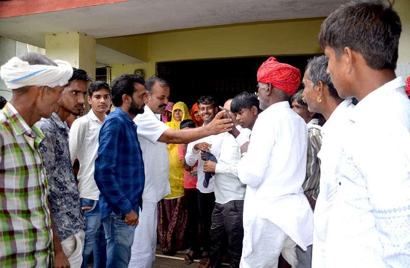कीचड़ सहित अन्य समस्याओं से परेशान ग्रामीणों ने अटल सेवा केन्द्र के ताला लगाया