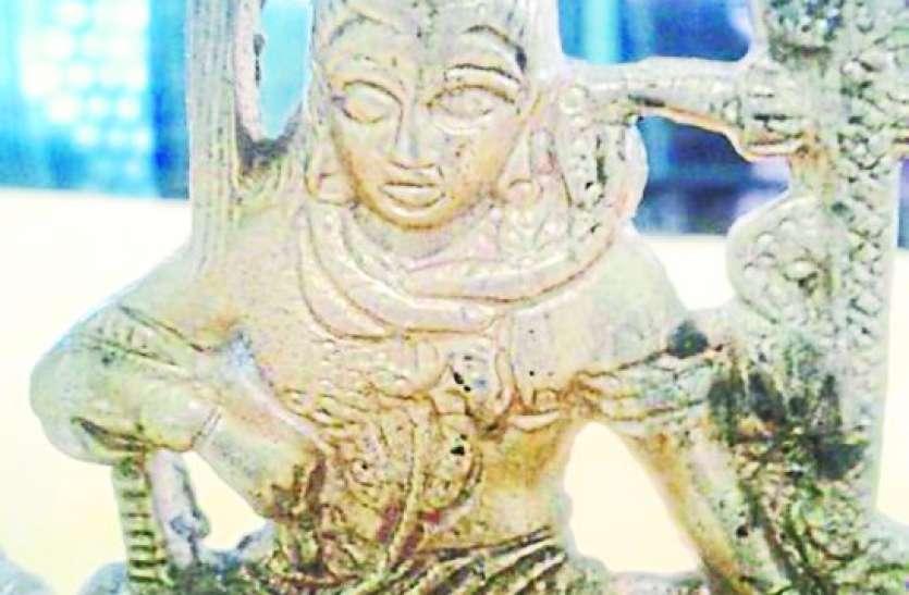 मंदिर से मूर्तियां चुराकर कबाड़ में बेचता था, चार मूर्तियां जब्त