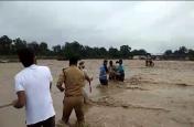 बिजनौर में बाढ़ से उफना रही नदी में फंसे 18 मजदूरों को प्रशासन ने सुरक्षित निकाला