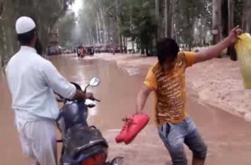 बिजनौर  बाढ़: सड़कों पर पहुंचा 4-4-फुट पानी, लोगों में मचा हाहाकार