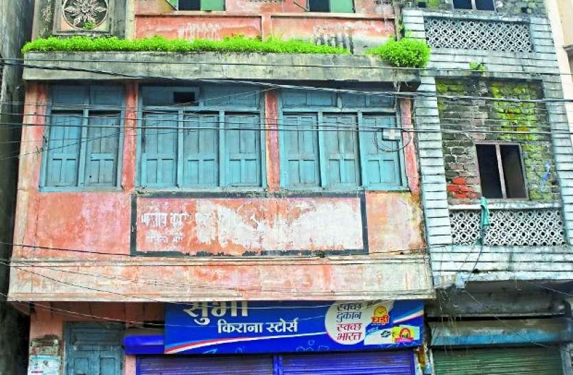 पुराने शहर में जलभराव ने हिलाई इमारतों की नींव, 200 को नोटिस