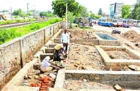 जहां बनवाना था अण्डर पास, वहां अलवर नगर परिषद ने बिना अनुमति के शुरु कर दिया शौचालय का काम
