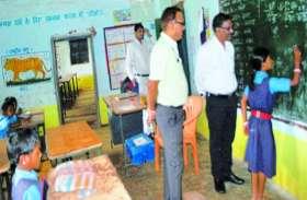 इन स्कूलों में हिन्दी-अंग्रेजी के सरल शब्द नहीं लिख पाए छात्र, कलक्टर ने शिक्षकों को लगाई फटकार