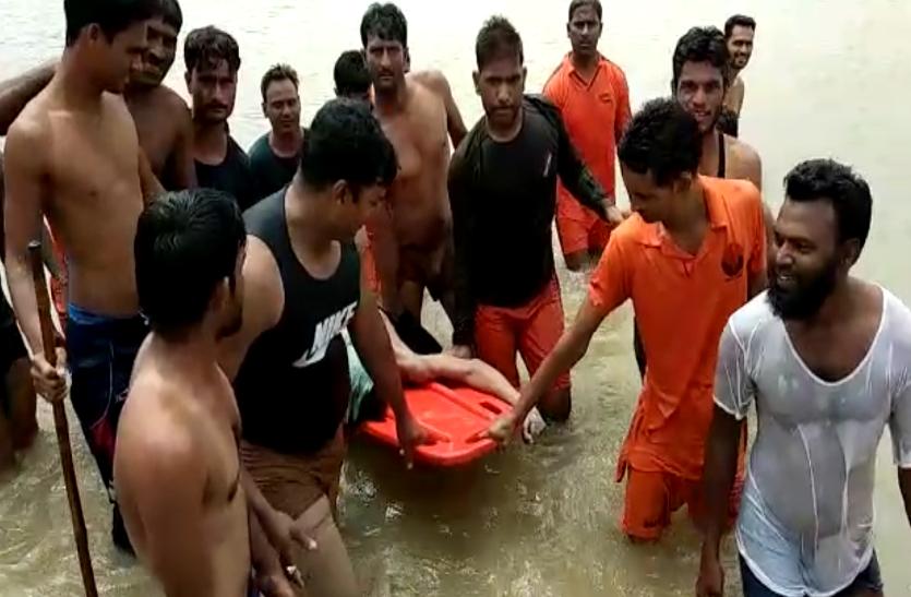मछलियां पकड़ने नदी में उतरा तो पानी के तेज बहाव के साथ बह गया युवक, देखे वीडियो...