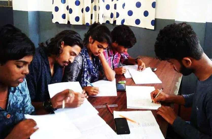 केरल में खुले स्कूल, एनजीओ ने स्टूडेंट्स को दीं हैंडरिटन नोटबुक्स