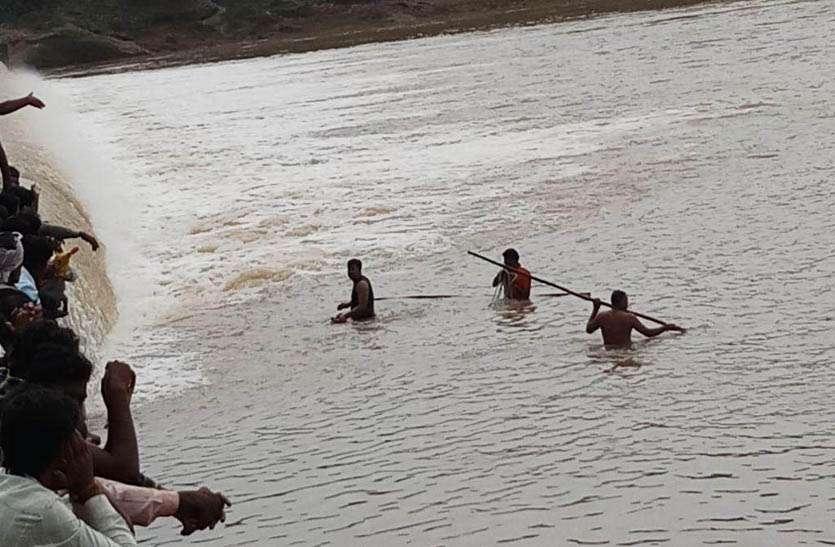 बरुबेह भीलान को आजादी का इन्तजार,गंभीर मरीजों को चारपाई से लाना पडता है गांव से बाहर