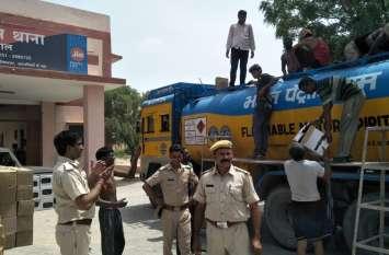 पुलिस ने नाकाबंदी कर पकड़ी करोड़ों की शराब, तीन जने गिरफ्तार