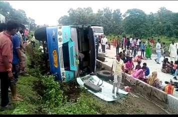 सड़क पर बैठे मवेशियों की वजह से पलटी बस, 40 यात्री घायल