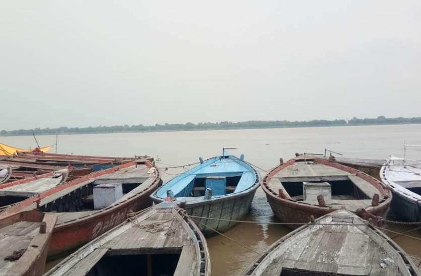 गंगा में नाव पलटने से बाल-बाल बची