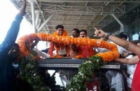 IAS से नेता बने ओपी चौधरी का रायपुर एयरपोर्ट पर भव्य स्वागत, लगे जयश्री राम के नारे