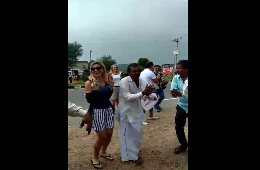 foreigners danced on Bhajan in Dausa