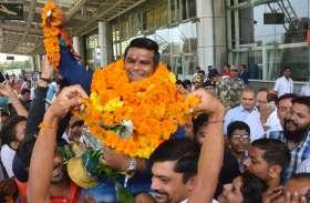 सिल्वर जीतकर घर लौटे रजत चौहान, जयपुरवासियों ने किया भव्य स्वागत, देखें वीडियो