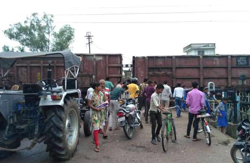 रेलवे क्रॉसिंग पर मैन लाइन पर मालगाड़ी का इंजन फेल, खड़ी रही उदयपुर-खजुराहो इंटरसिटी