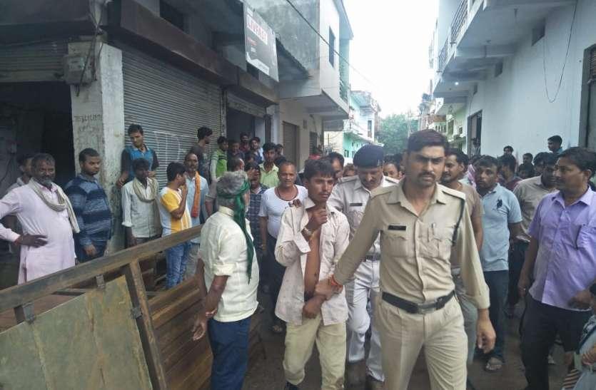 बैंक में पैसे जमा करने आए युवक के बैग से डेढ़ लाख रुपए निकालकर भाग रहे चोर को लोगों ने पकड़ा