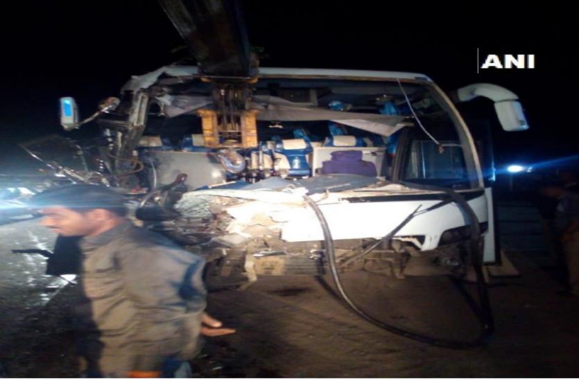 कंटेनर से टकराई 40 डॉक्टरों से भरी बस,ड्राइवर ने गंवाई जान,30 डॉक्टर हुए जख्मी