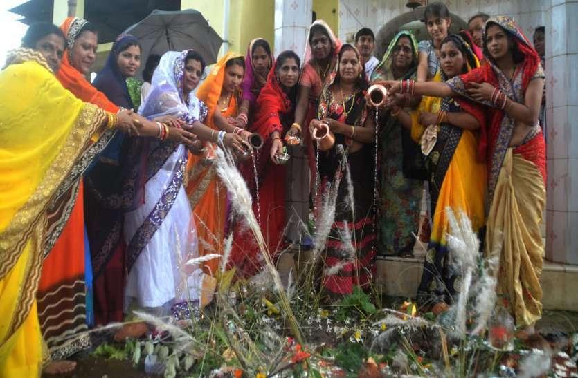 Photo gallery :  निर्जला व्रत कर महिलाओं ने भगवान शिव और माता पार्वती पूजा कर कमरछठ की कहानी भी सुनी