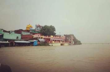 भारी बारिश से  यूपी के दो दर्जन जिलों में बाढ़