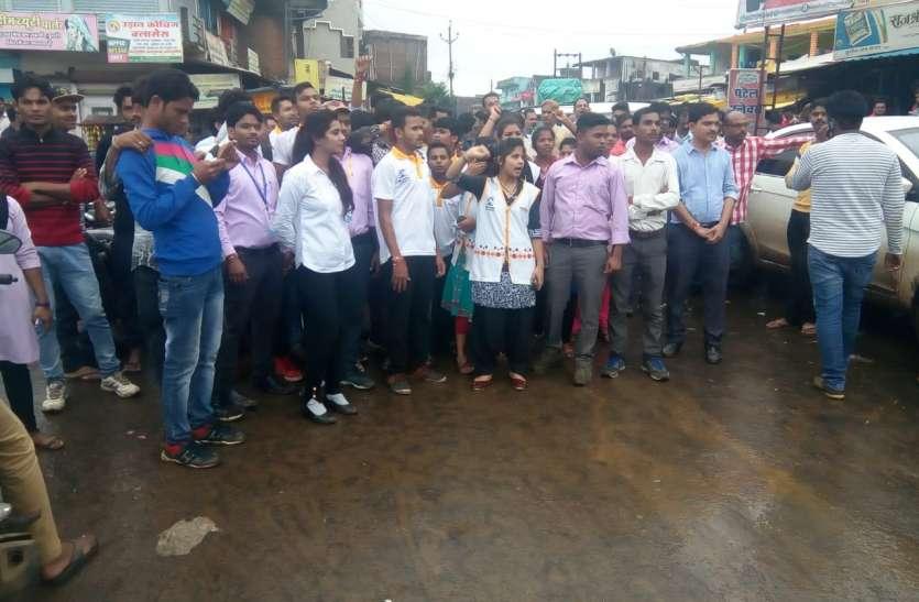 सड़क की मांग को लेकर साकेत नगर के रहवासियों व छात्रों ने किया चक्काजाम