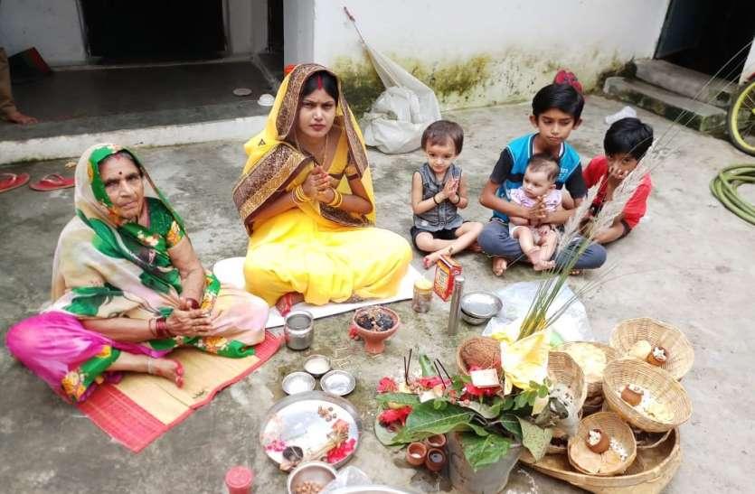 पुत्र की दीर्घायु के लिए माताओं ने रखा हर छठ का व्रत, निर्जला व्रत रखकर पसही चावल का किया सेवन